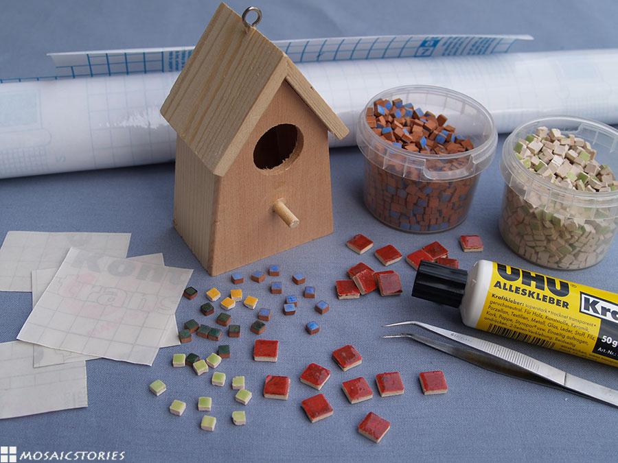 mit kindern ein vogelhaus basteln und dekorieren aus holz und mosaik. Black Bedroom Furniture Sets. Home Design Ideas